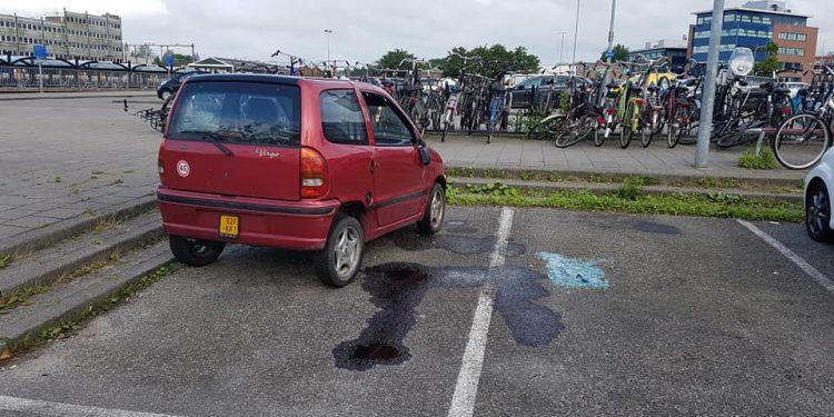 Schoften vernielen auto bij het transferium