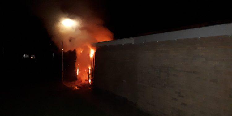 Schutting in brand, Alexanderstraat te Westwoud