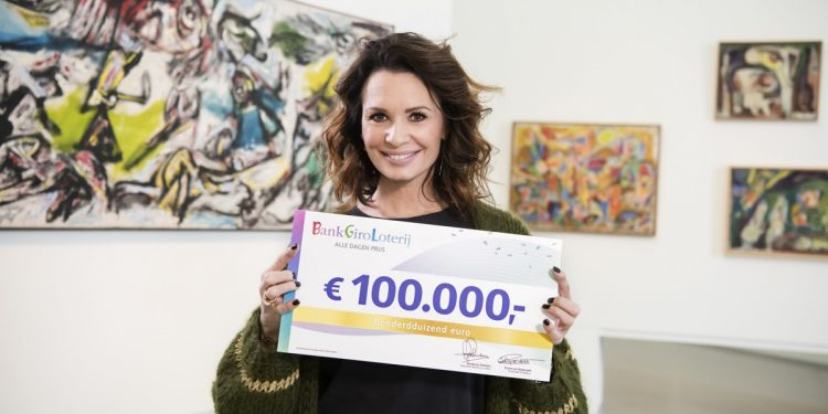 Inwoner uit Hoorn verrast met 100.000 euro van Loterij
