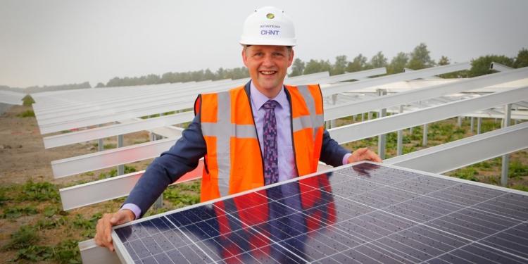 Wethouder legt eerste zonnepaneel van 11 hectare zonnepark Andijk