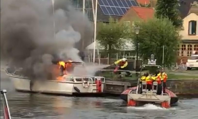 Brand in boot in haven Medemblik