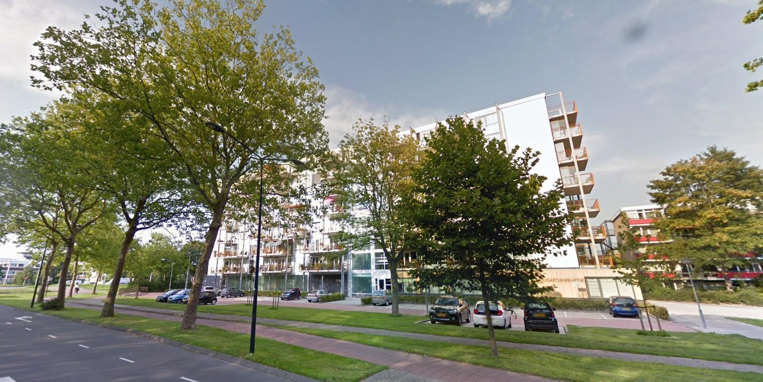 Appartementen Hoorn ontruimd vanwege autobrand onder balkons