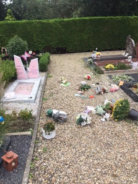 Sandra is boos; Wie sloopte het graf van haar 4-jarige dochter?