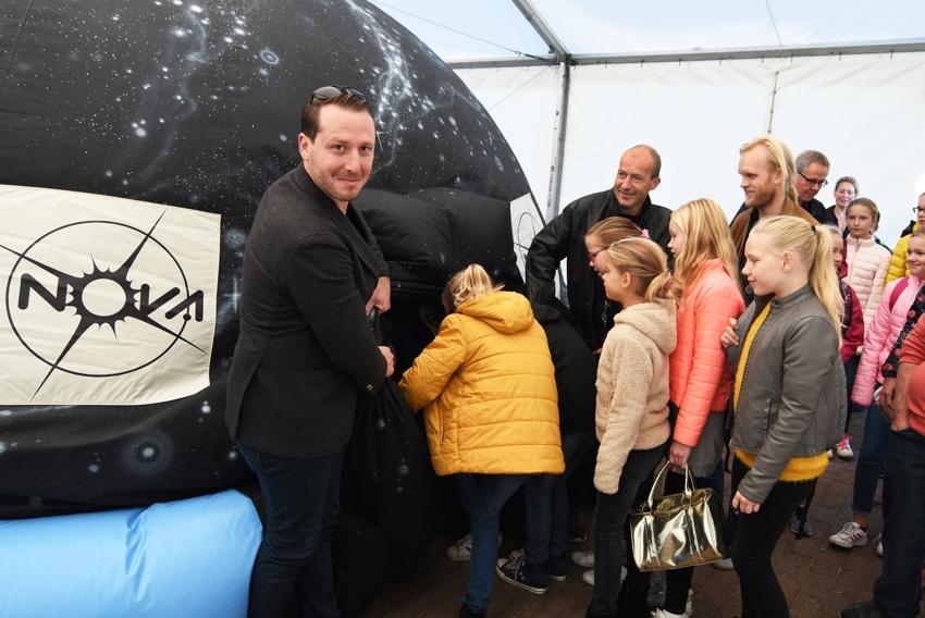 Hoornse kinderen maken ruimtereis met weerman Reinier van den Berg