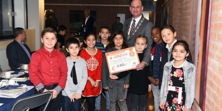 Kinderen Islamitische Basisschool Elif ontbijten met burgemeester