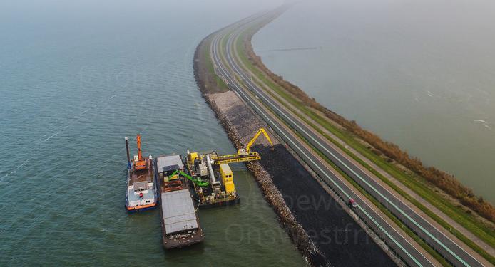 'Spoorlijn en dubbele rijbaan op Houtribdijk'