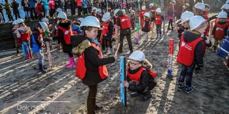 500 kinderen vieren eerste paal voor IKC De Kreek in Zwaag