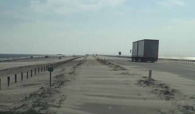 Deel fietspad dijk Enkhuizen-Lelystad afgesloten door zand ophoping (update)