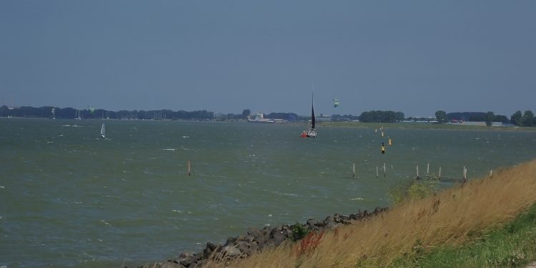 Kitesurfer verrast door fikse aflandige wind