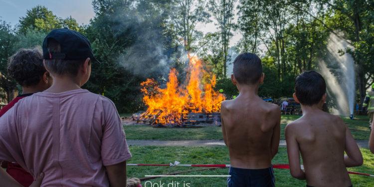 Brandstapel einde van vijf dagen huttendorp Zwaag [fotos]