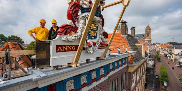 Historische wapenschild terug op Westfries Museum