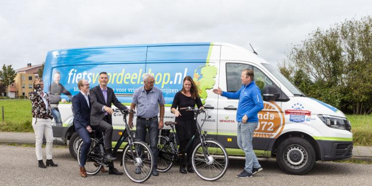 Fietsvoordeelshop.nl schenkt twee e-bikes aan Wijkleercentrum Avenhorn