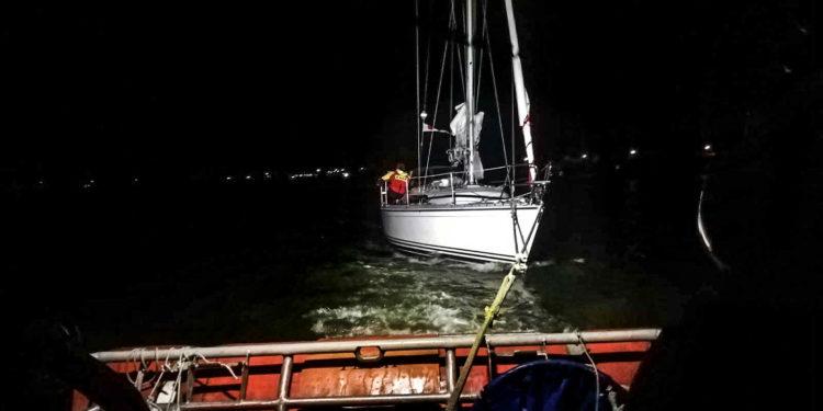Gedraaide wind zorgt voor problemen bij boten voor kust Enkhuizen