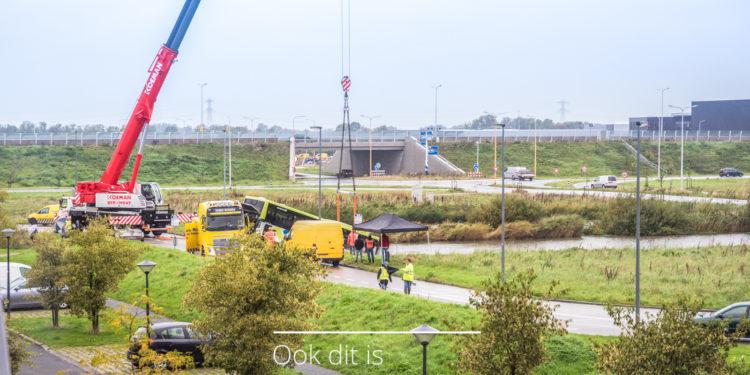 Berging Connexxionbus uit water bij De Strip in 14 foto's