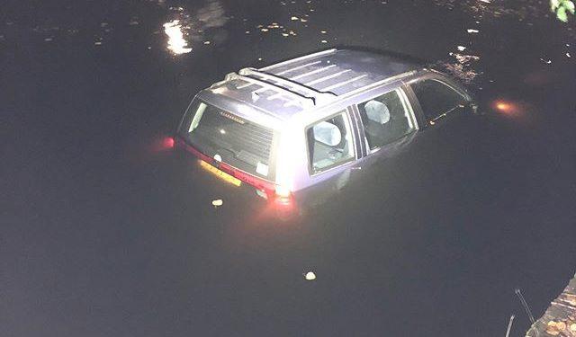 Beschonken bestuurder rijdt door na aanrijding en belandt in het water