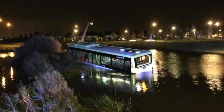 Bus te water aan begin van De Strip in Zwaag