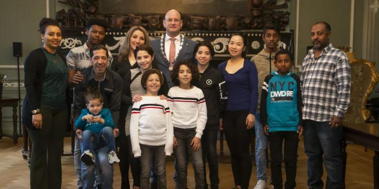 Burgemeester verwelkomt 19 inwoners als nieuwe Nederlander