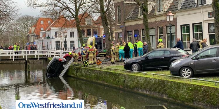 Auto rijdt van kade bij Munnickenveld in Hoorn