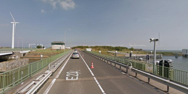 Auto ter water bij Afsluitdijk/Den Oever; Vrouw (28) uit Zwaag overleden