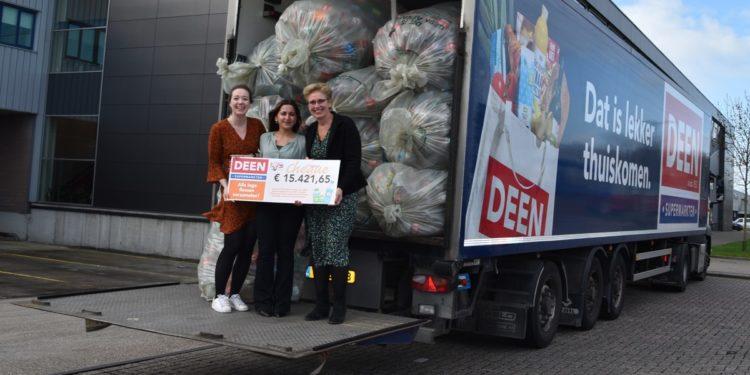 Klanten van Deen leveren 60.000 statiegeldflessen in voor KiKa