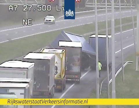 A7 bij Avenhorn afgesloten voor berging vrachtwagen