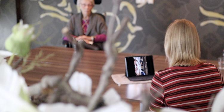 Koningin Máxima verrast bewoners en medewerkers verpleeghuis met videogesprek