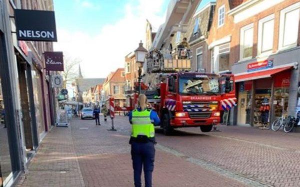 Dakpan waait van pand op Grote Noord in Hoorn