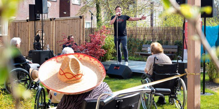 Verrassingsoptreden Gerard Joling in binnentuin Lindendael