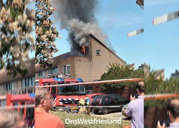 Korte heftige brand in dak woning Bertus Aafjeshof in Hoorn (update)