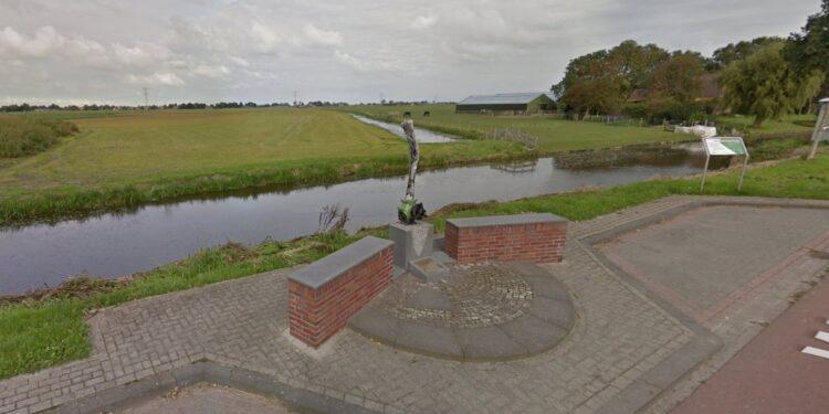 Vliegend eerbetoon over het monument voor de Geallieerde Vliegers