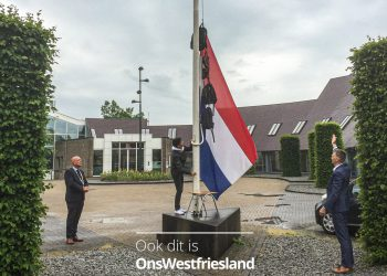Burgemeester Franx hijst met josé de vlag voor geslaagden