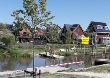 Zwemmen bij speeleiland Bangert-Oosterpolder afgeraden vanwege glasscherven
