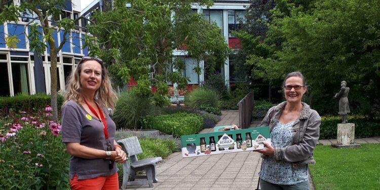 Incotec uit Enkhuizen verrast medewerkers Hospice Dignitas in Hoorn