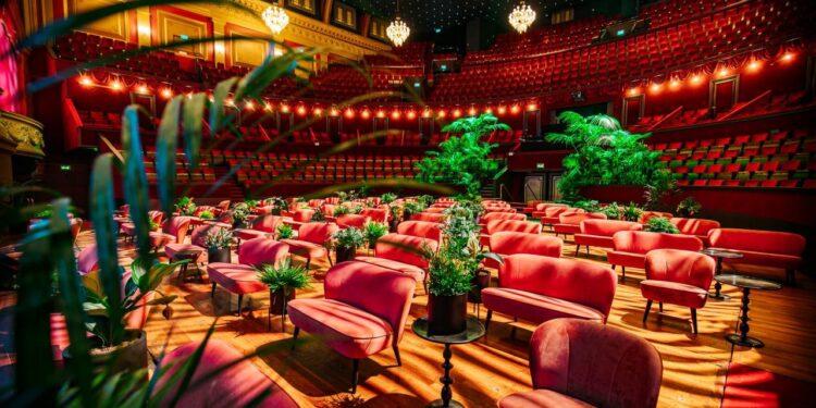 De Eekhoorn Dutch Furniture vervangt stoelen in Theater Carré