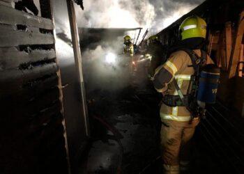 Politie onderzoekt mogelijke brandstichting bij brand in schuren in Hoorn