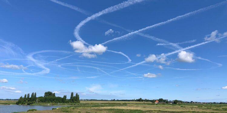 Bijzondere luchtstrepen boven Westfriesland; 'Piloot de weg kwijt?'