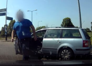 Bizar gedrag van bestuurder op rotonde in Hoorn [video]