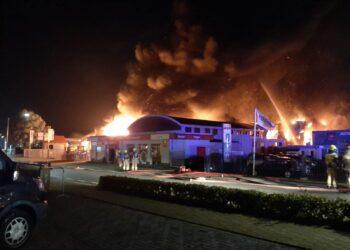 Grote brand verwoest bedrijfspand aan Industrieweg in Grootebroek