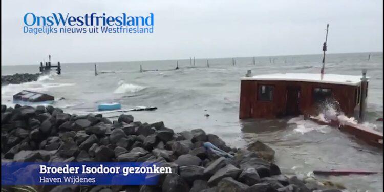 Wrakstukken en olie van gezonken kotter spoelen aan op kust van Wijdenes [video]