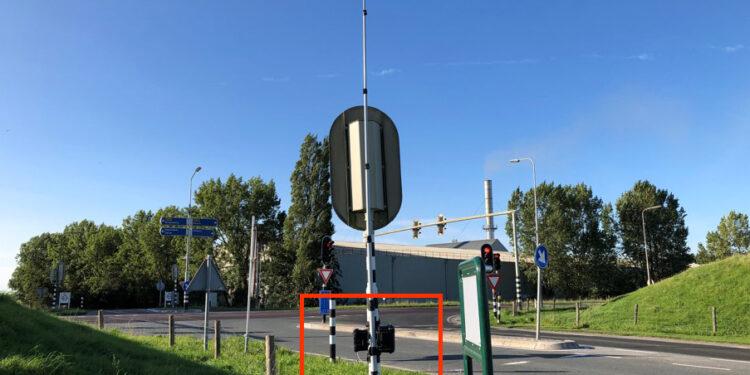 Wat doet dat zwarte kastje onder verkeerslicht bij kruising Agriport?