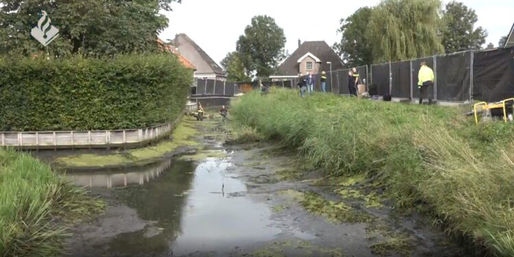 Politie legt sloot droog voor onderzoek overleden man Nibbixwoud [video]