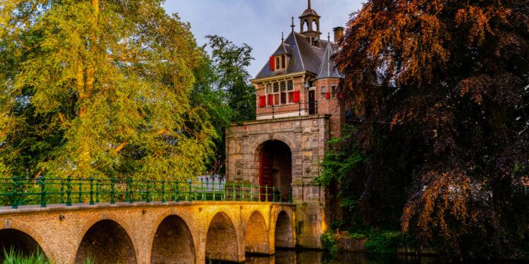 Hoornse Oosterpoortbrug kleurt blauw voor 75 jaar VN
