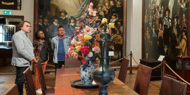 Sylvana Simons op bezoek in Westfries Museum voor 'Waar is de Mol?'