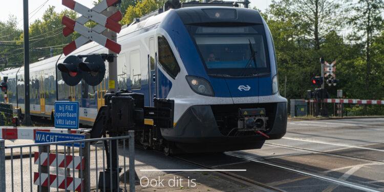 Botsing politieauto met trein bij overgang Het Keern in Hoorn; Hinder treinverkeer door aanrijding