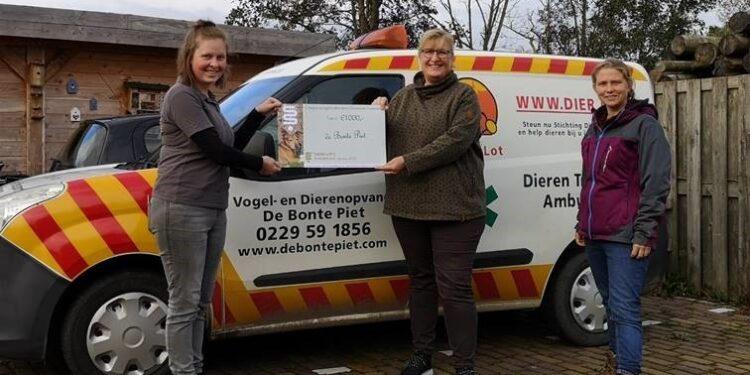 Dierenarts Purmerend doneert totaal €2000 aan dierenopvang de Bonte Piet en Dierenambulance