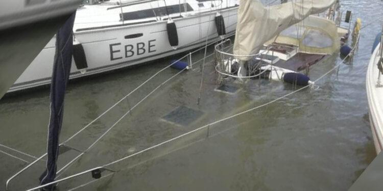 Gezonken zeiljacht in Grashaven na 1,5 uur weer drijvende