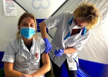 Eerste zorgmedewerkers bij Dijklander kregen vandaag vaccinatie prik