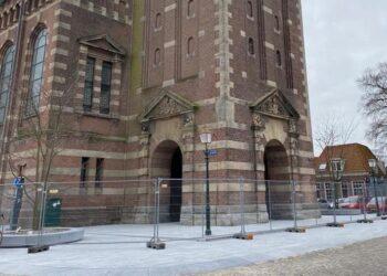 Plateau Grote Kerk trekt skaters aan; Hoorn sluit het af met hekken