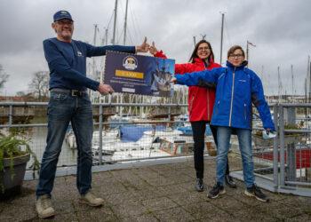 Hoornse vrijwilligers Halve Maen schenken fooienpot aan zeiljeugd