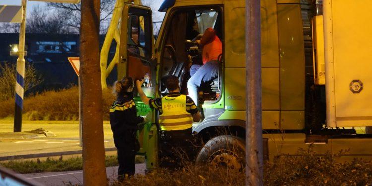 Buitenlandse chauffeur vrachtwagen maakt brokken op rotonde